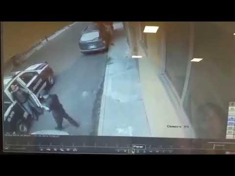 Policía Municipal somete a un transeúnte y lo sube a la patrulla en Naucalpan