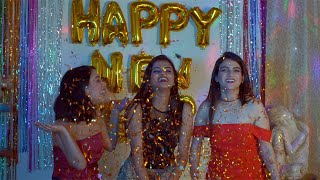 Happy group of pretty friends shouting Happy New Year at a house party - New Year countdown