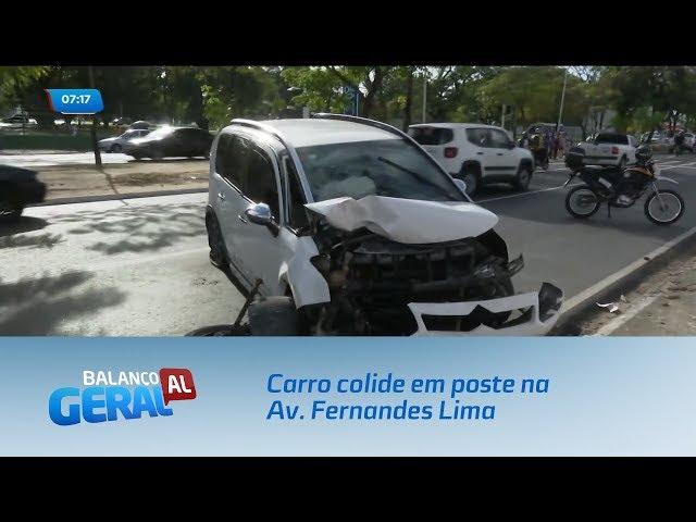 Carro colide em poste na Av. Fernandes Lima