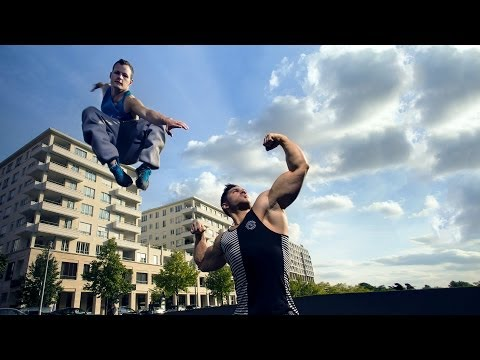 Bodybuilder Meets Parkour / Freerunning (eng sub)
