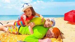 Katy y Max juegan con juguetes en la playa