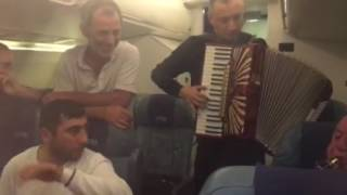 Живая музыка в самолёте это просто красота!!