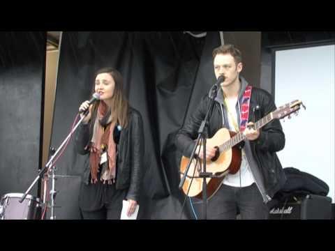 Màiri McAllan sings