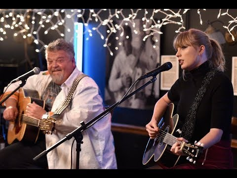 Smasher's Hollywood Hookup - Taylor Swift performs at the Nashville Bluebird Cafe