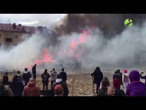 В Ноябрьске по улице Изыскателей горит деревянный дом