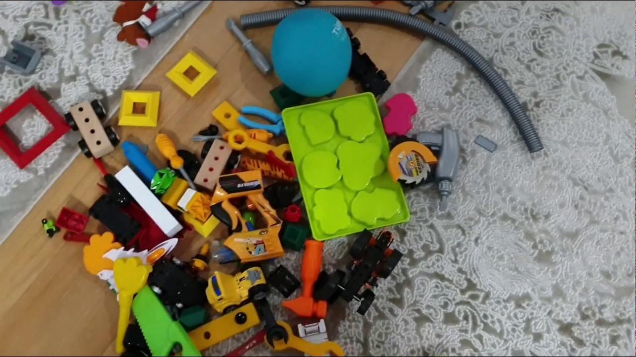 Oyuncak kutusu yürüyor. Fatih Selim kutuya saklanmış oyuncak kutusunu çöpe atmayın diyor