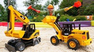 Çocuk videosu. İş makineler ile kum havuzu düzenliyoruz. Araba oyunu