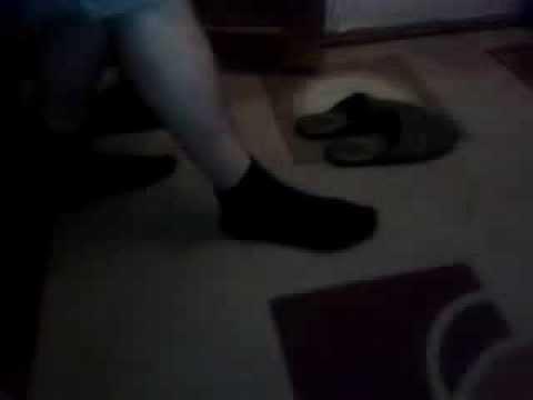 Ноги в носках целует