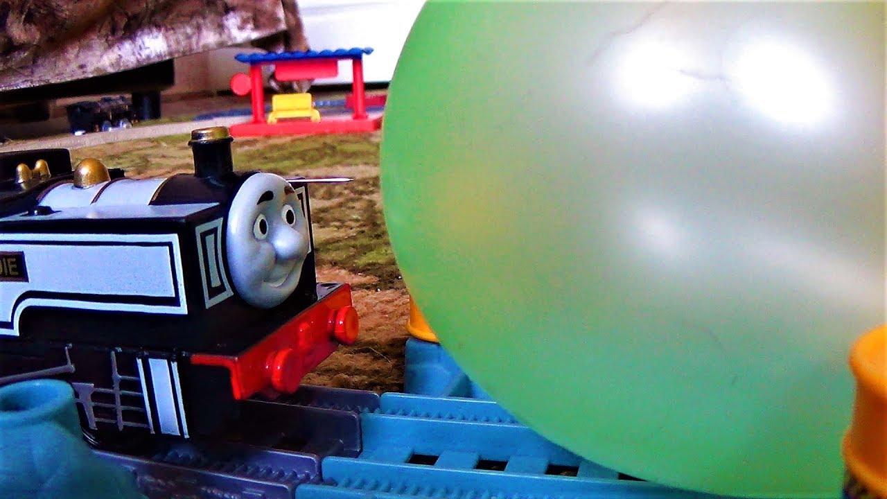 Паровозик томас и его друзья Паровозики лопают шарики Видео про поезда для детей