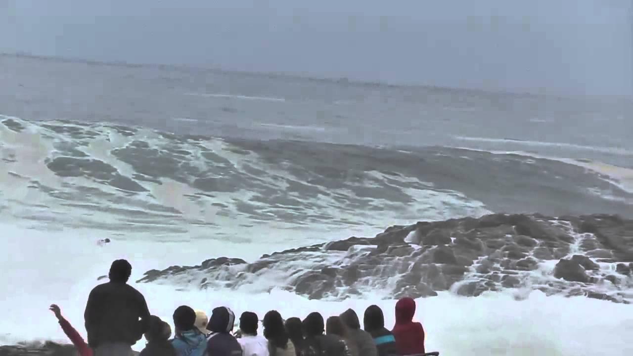 סכנה באינסייד: גולש בצ'ילה נתקע בין שבירות גלים לסלעים