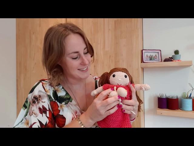 Een gehaakte pop die kan bevallen