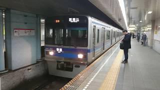 夜の大門駅に到着する都営浅草線上り列車の北総線7300形