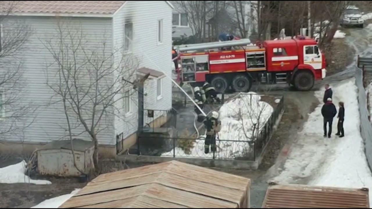 В Южно-Сахалинске горит двухэтажный дом