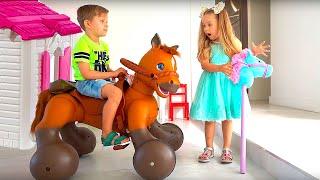 다이에나는 장난감 말 타기 놀이를 합니다  Toy ho…