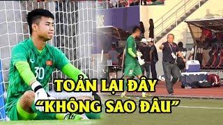 Thầy Park vỗ mông động viên thủ môn Văn Toản trong trận đấu nghẹt thở với Thái Lan