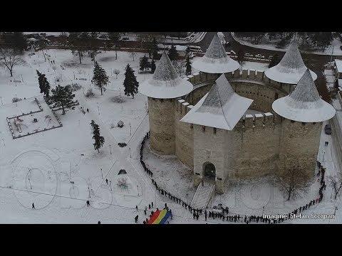 """Sorocenii s-au prins în """"Hora Unirii"""" în jurul Cetății Soroca / www.OBSERVATORUL.md"""