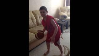 Как правильно вести мяч в баскетболе