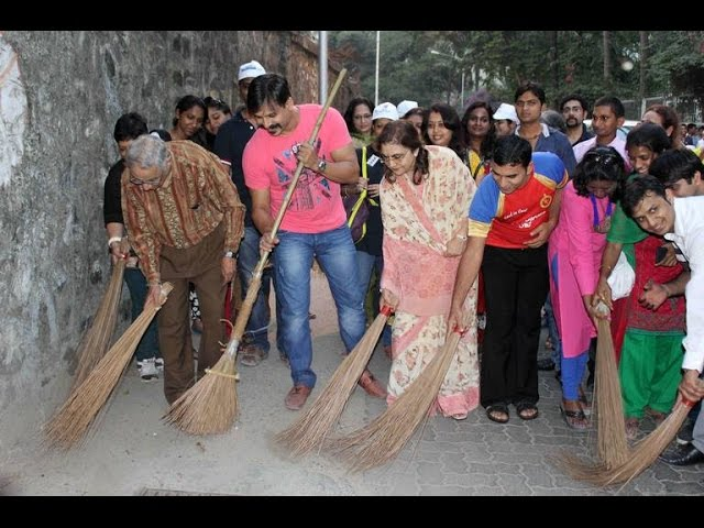 Vivek Oberoi Cleans Juhu Beach For 'Swachh Bharat Campaign' In Mumbai