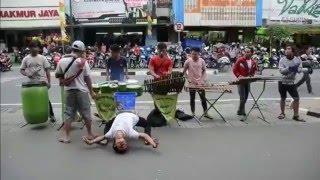 Musik Tradisional Angklung & Aksi keren Para Penarinya di Malioboro - Stafaband