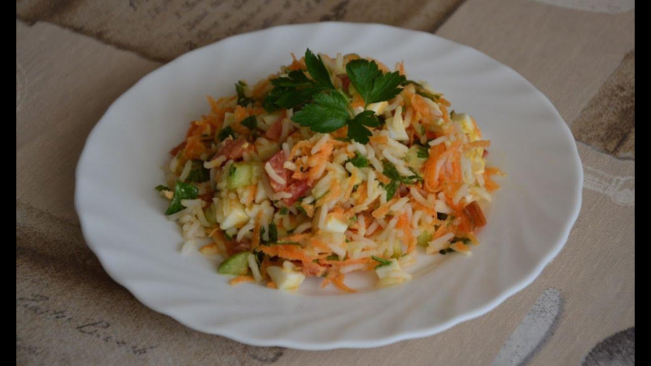 Салат из риса моркови помидора и яиц. Испанская кухня