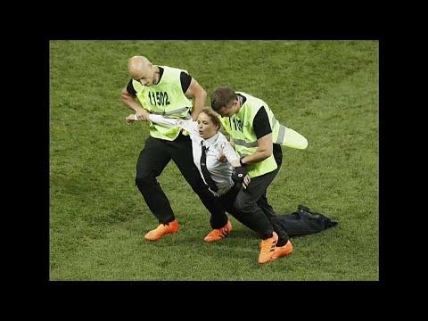 أعضاء -بوسي رايوت- اقتحمن نهائي كأس العالم اعتراضاً على سياسات بوتين…