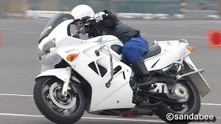 Repeat youtube video 激走!交通機動隊白バイ指導員VFR800スーパーテクニック。Splendid driving technique by the  police motorcycle member.