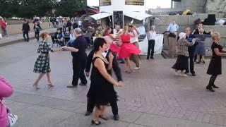 Танцы в Санкт-Петербурге(Воскресные танцы около ростральных колонн. Румба в исполнении петербуржцев и гостей города., 2016-08-16T06:57:42.000Z)
