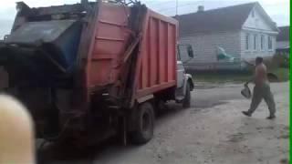 Вот так забирают мусор на ул. Спартаковской