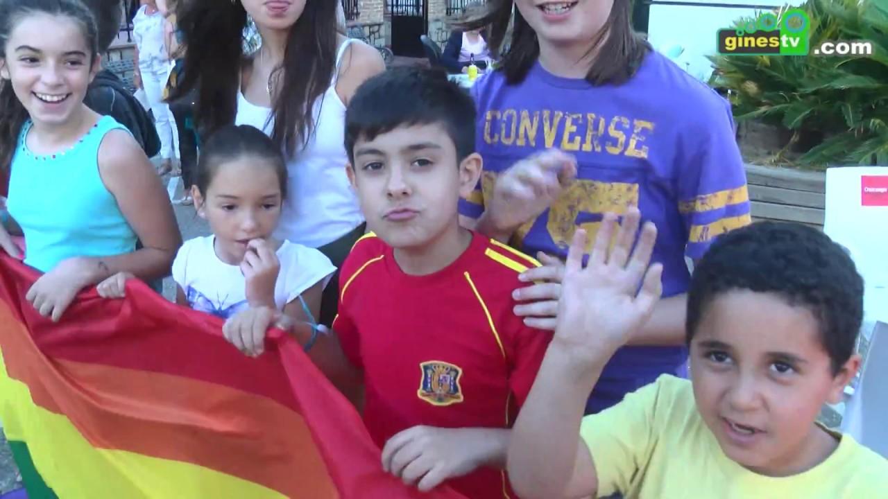 La bandera arcoíris del movimiento LGTBI ondea ya en la Plaza de España de Gines