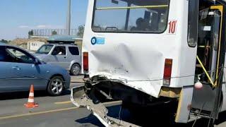 В Севастополе легковой автомобиль врезался в автобус.