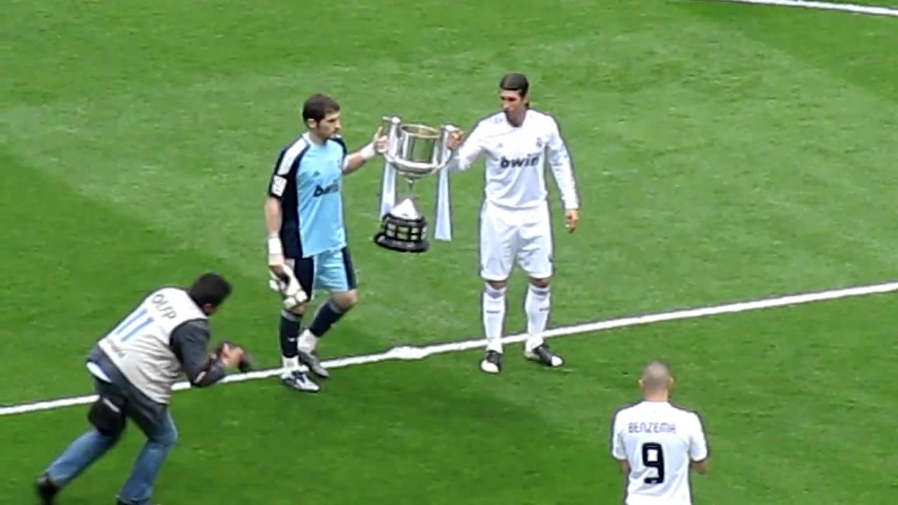 Casillas y Sergio Ramos ofrecen la Copa del Rey al ...