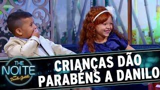 The Noite (26/09/16) - Leite Show: crianças dão parabéns a Danilo