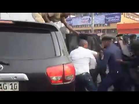 Des gas lacrymogènes et interpellations, la police empêche Muzito et Fayulu de poursuivre la marche