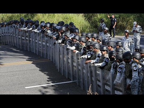 mÉxico-|-un-muro-de-agentes-de-la-guardia-nacional-frena-el-avance-de-la-caravana-migrante