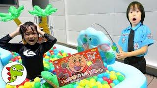 レオくんがカラフルボールプールであそぶよ!警察官がお菓子をさがしてくれるよ! トイキッズ
