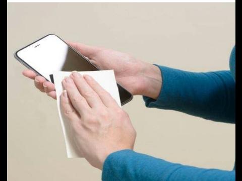अपने मोबाइल फोन को इन 4 घरेलू तरीकों से करें साफ