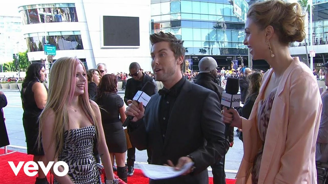 Download Avril Lavigne - 2010 Red Carpet Interview (American Music Awards)