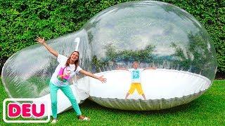 Vlad und Nikita bauen ein aufblasbares Spielhaus für Kinder