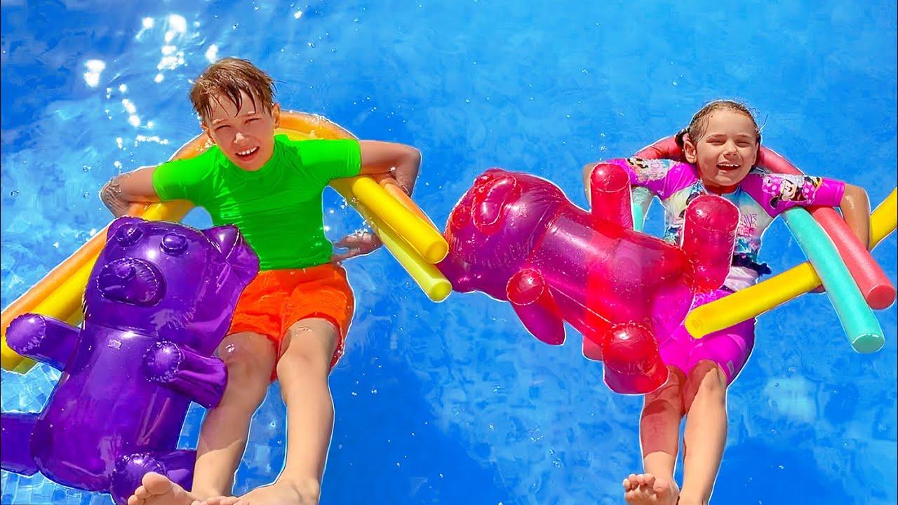 Макс и Катя делят игрушки для игры с водой
