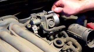 Замена свечей зажигания в двигателе Nissan HR16DE часть1