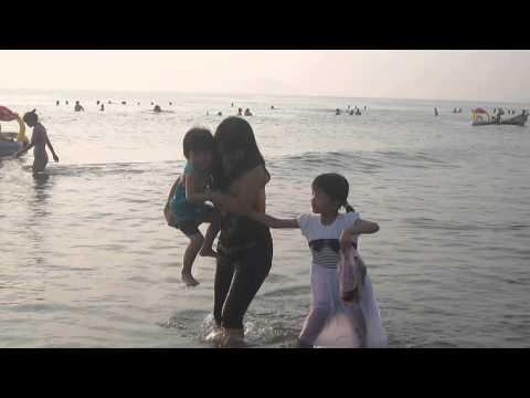 Ba mẹ con dạo chơi trên bãi biển CỬA LÒ