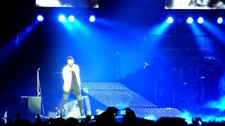 """Usher performing """" there goes my baby"""" live at the o2 arena in london on 3/2/11"""