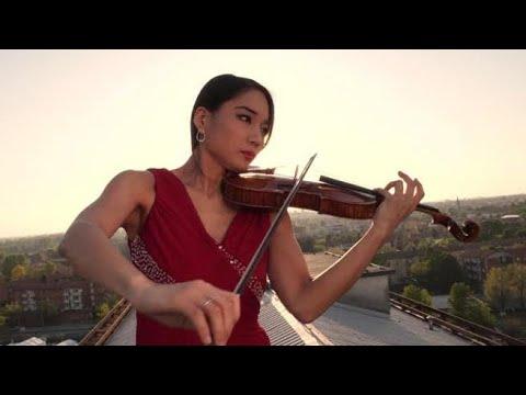 La violinista sul tetto dell'ospedale di Cremona