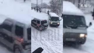 VL.ru - Потащило микроавтобус на спуске с Сабанеева