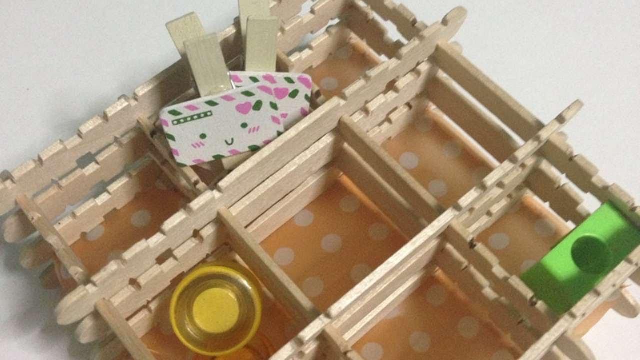 Crea un porta oggetti con bastoncini di legno fai da te for Oggetti fai da te per arredare casa