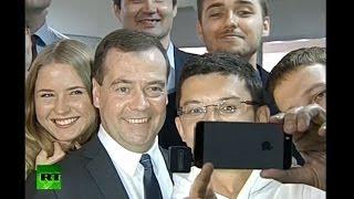 Медведев сделал общее «селфи» с разработчиками казанского IT-технопарка