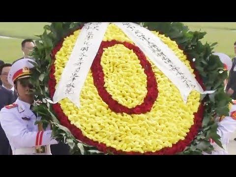 Xi lays wreath at the Ho Chi Minh mausoleum