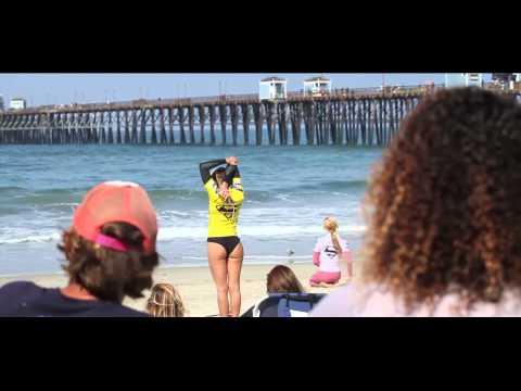 SURF : L † échauffement sexy de la surfeuse Anastasia Ashley sur la plage