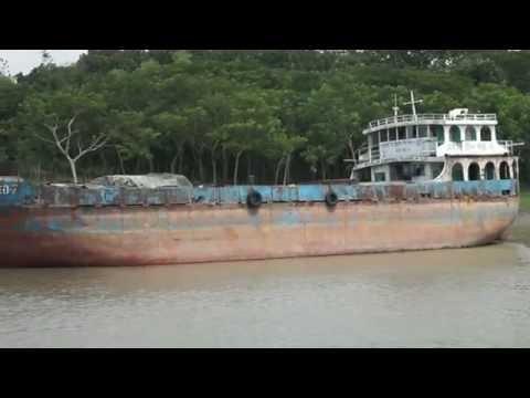 Cargo ship Crying goods into Buri Bhoirob River