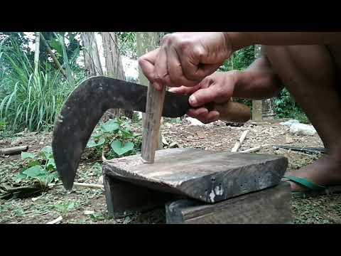 Ndorani Pacul Memasang Gagang Cangkul